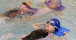 Proč plavat s dětmi v kurzech i v létě?